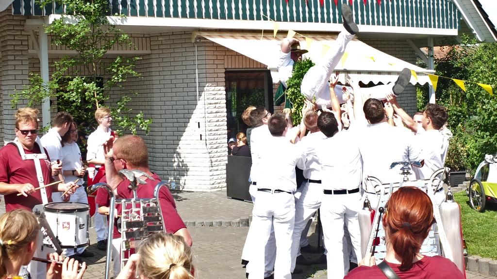 www.gelbesblatt.info Junggesellen-Umzug - Abholen des JG-Schützenkönigs